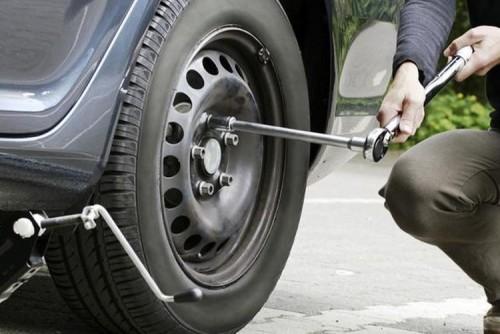 Daihatsu Bandung Cara Aman Dongkrak Mobil di Pinggir Jalan Raya